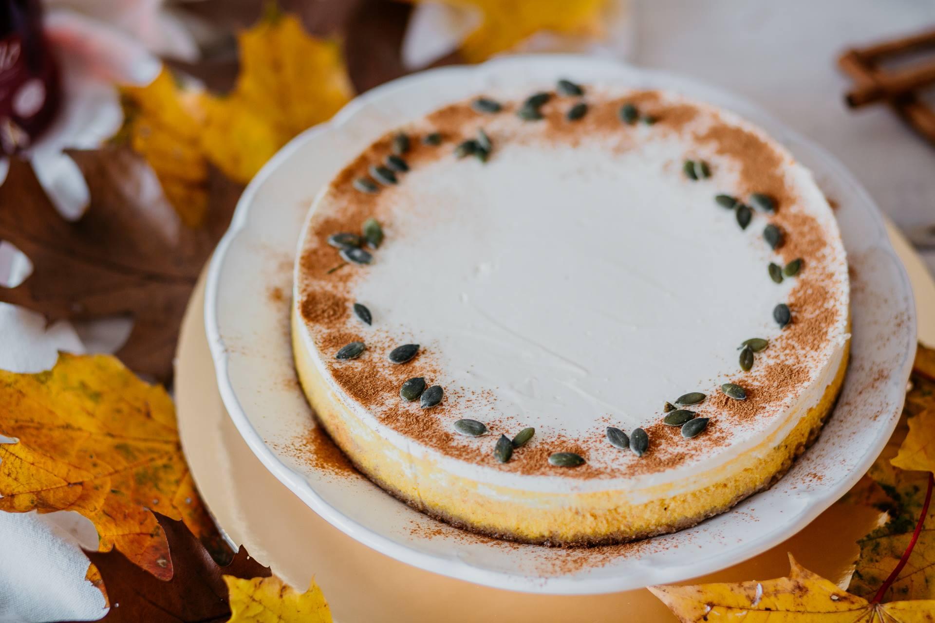 Dýňový cheesecake ozdobte dýňovými semínky a mletou skořicí, aby vypadal ještě lahodněji.