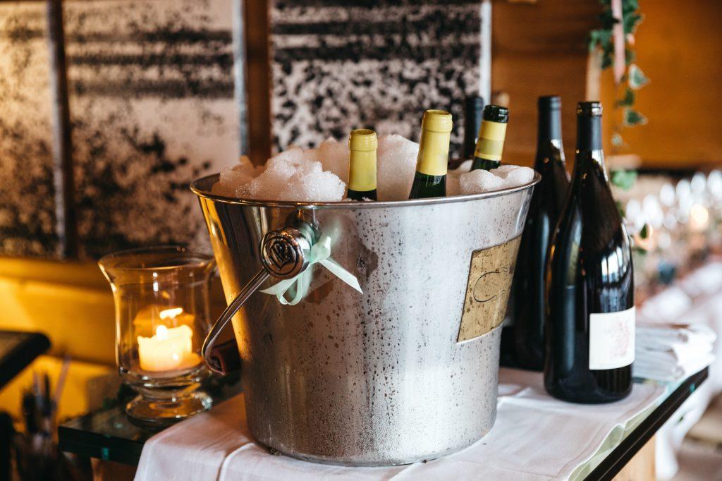 Do kbelíku s ledem a vodou umně naaranžujte lahev a obsypejte solí. Sůl snižuje bod tání ledů a v důsledku toho je lahev delší dobu v chladnějším prostředí.