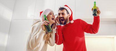 pár poslouchá vánoční písničky