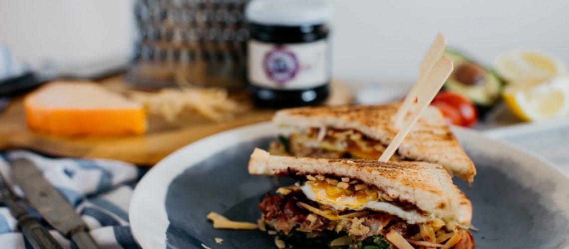 Bbq sendvič se sýrem a slaninou