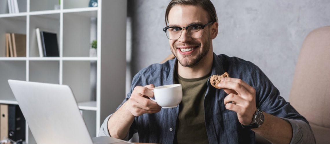 Jak svačit v práci, abyste vydrželi do oběda, neumřeli hlady a nebo nepřibrali pět kilo?