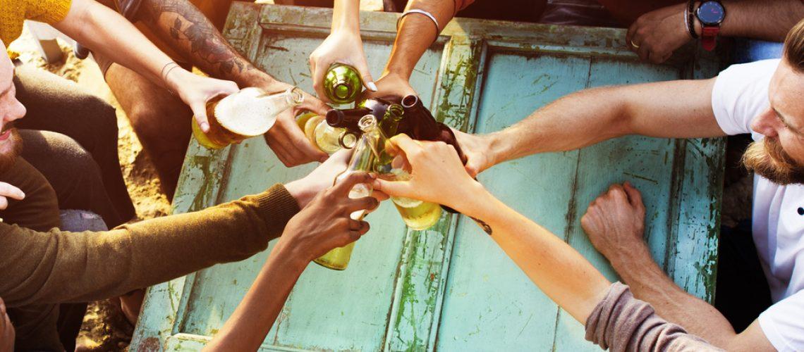 Pivo, víno, cider... v létě se popíjí víc než kdy jindy. A také se více lidí opije.
